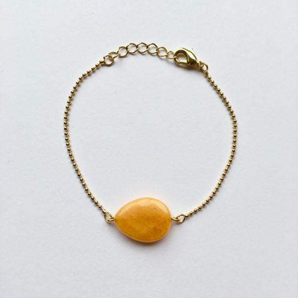 Armband met donker geel jade druppel (goud)
