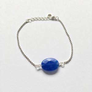 Armband met een koningsblauwe ovalen natuursteen zilverkleurig