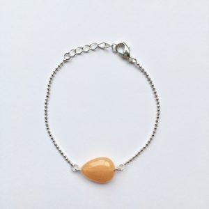 Armband met een licht oranje bruin ovalen natuursteen zilver