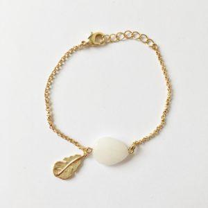 Armband met veer bedel en witte jade goud