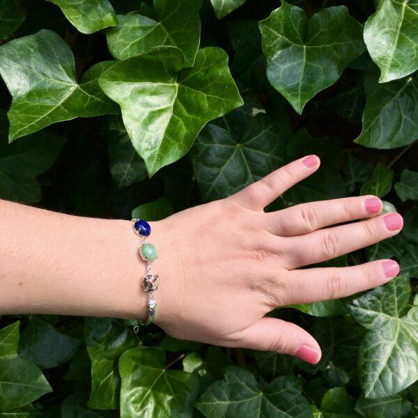 Fijne armband met natuursteen bedels blauw groen multi zilver