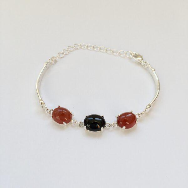 Fijne armband met natuursteen bedels zwart rood zilver 2