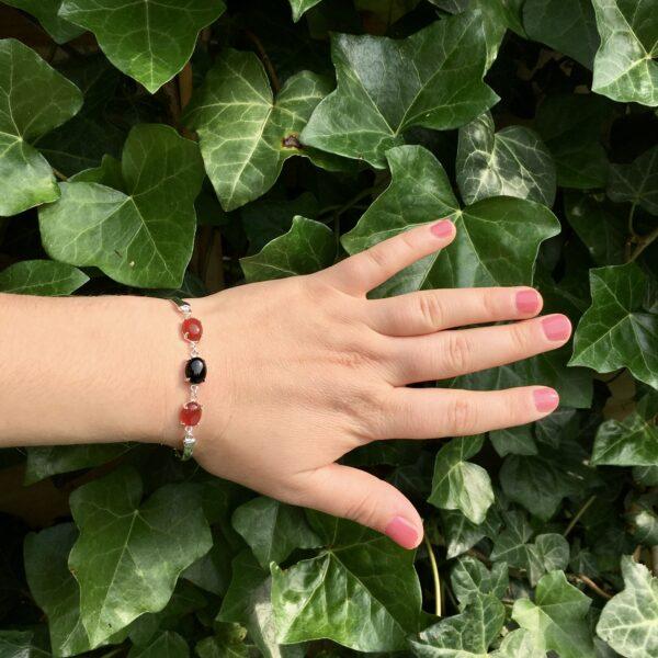 Fijne armband met natuursteen bedels zwart rood zilver