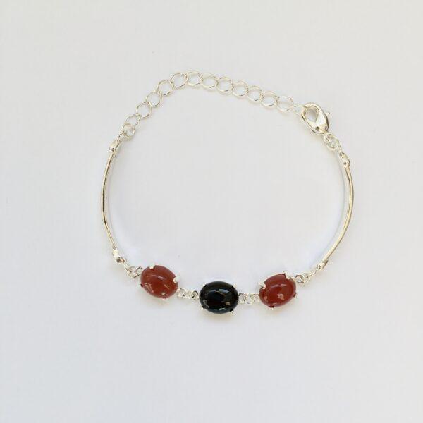 Fijne armband met natuursteen bedels zwart rood zilverkleurig
