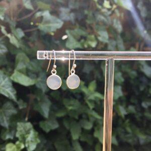Fijne edelsteen oorbellen rond aqua chalcedony 925 zilver zonnig zilver