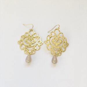 Grote oorbellen bloem grijs beige natuursteen bedel goud