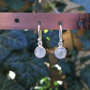 Kleine edelsteen oorbellen rond rainbow moonstone925 zilver