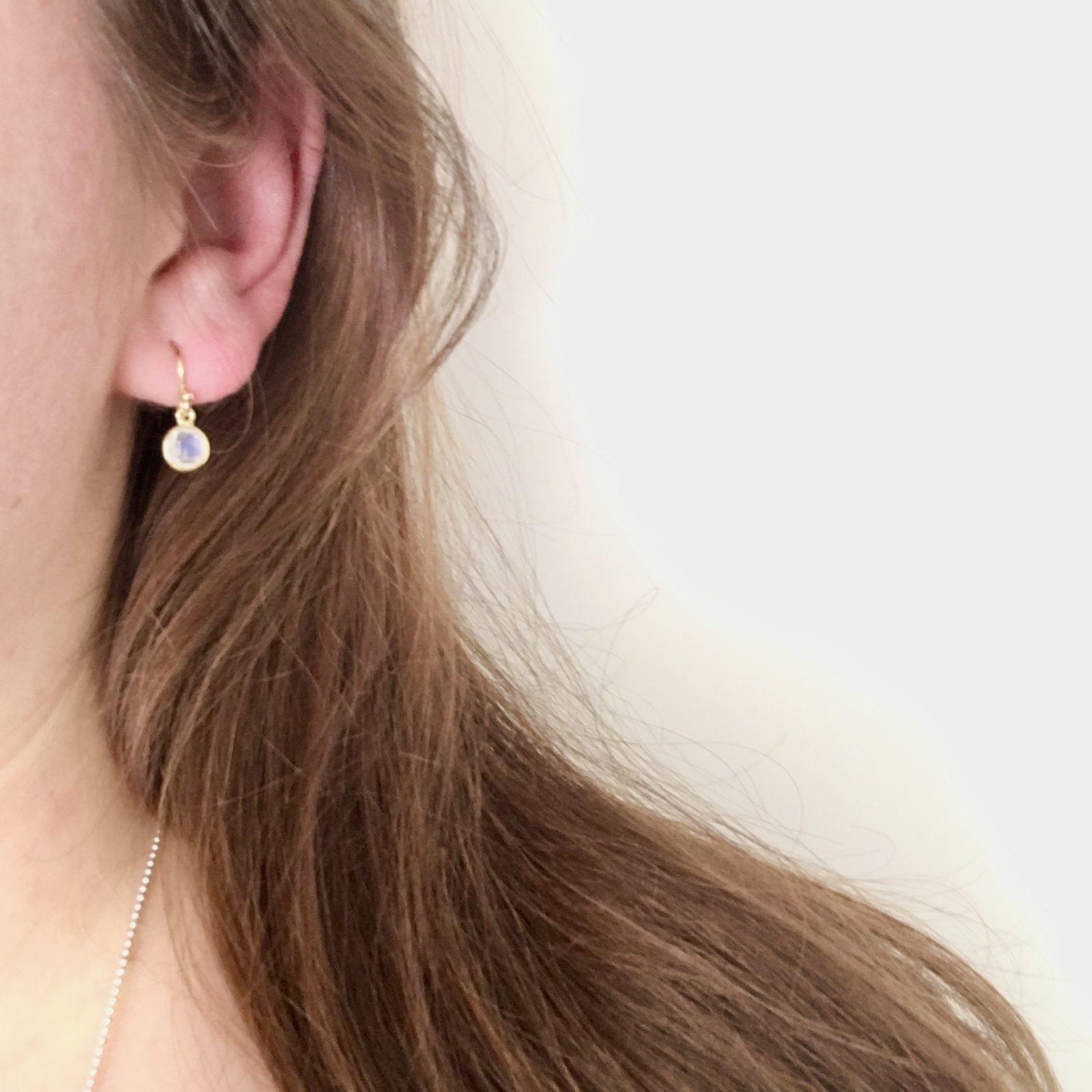 Kleine edelsteen oorbellen rond rainbow moonstone925 zilver verguld mini oorbellen