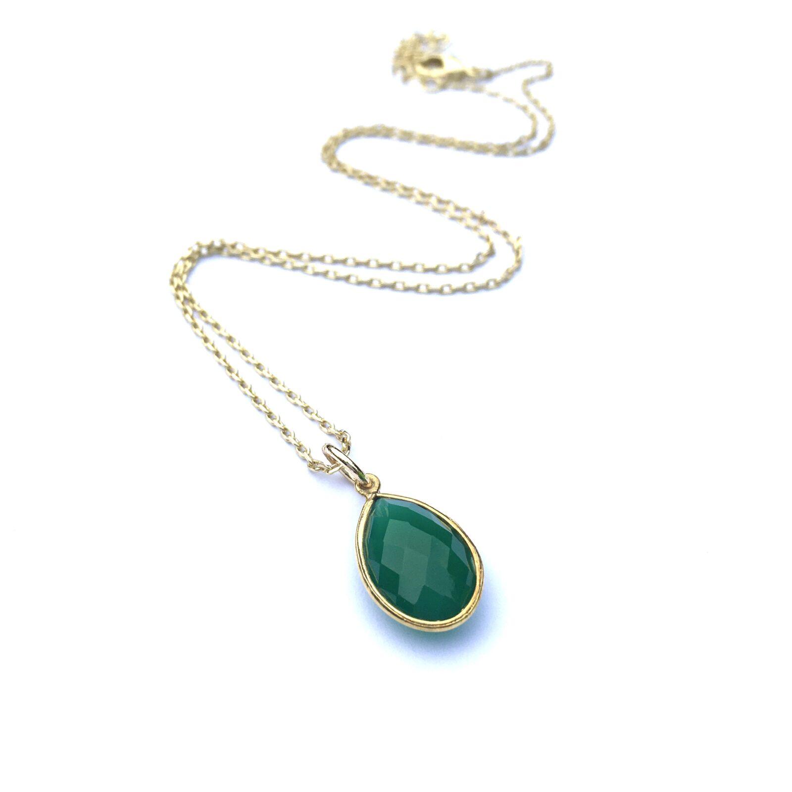 Korte ketting met hanger druppel groene onyx goudkleurig