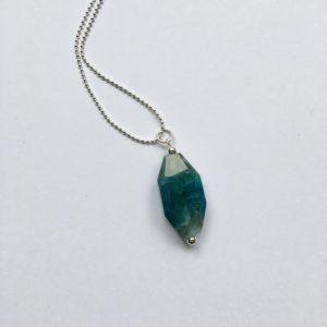 Lange edelsteen ketting met blauw grijze natuursteen zilver