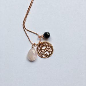 Lange edelsteen ketting met rozenkwarts onyx munt bedel rosé goud