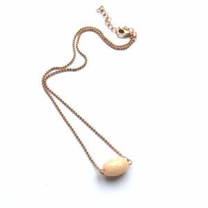 Minimalistische ketting met zalmroze natuursteen rose goud