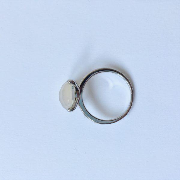 Natuursteen ring met chaton zetting zilver mat glimmend