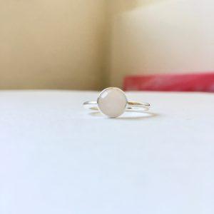 Ring met ronde rozenkwarts zilver maat L 18 mm